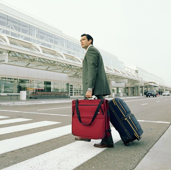 Мужчина с чемоданами
