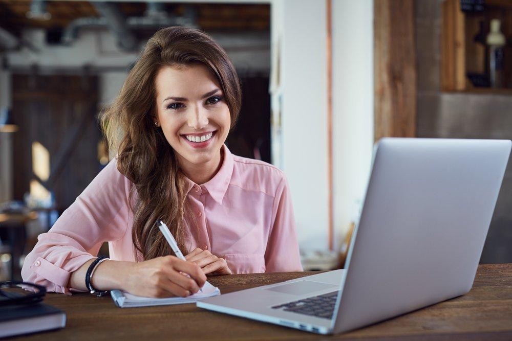 Женщина с ноутбуком