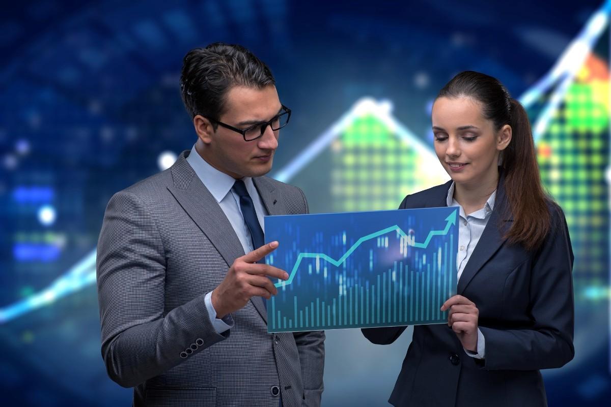 Мужчина и женщина рассматривают график