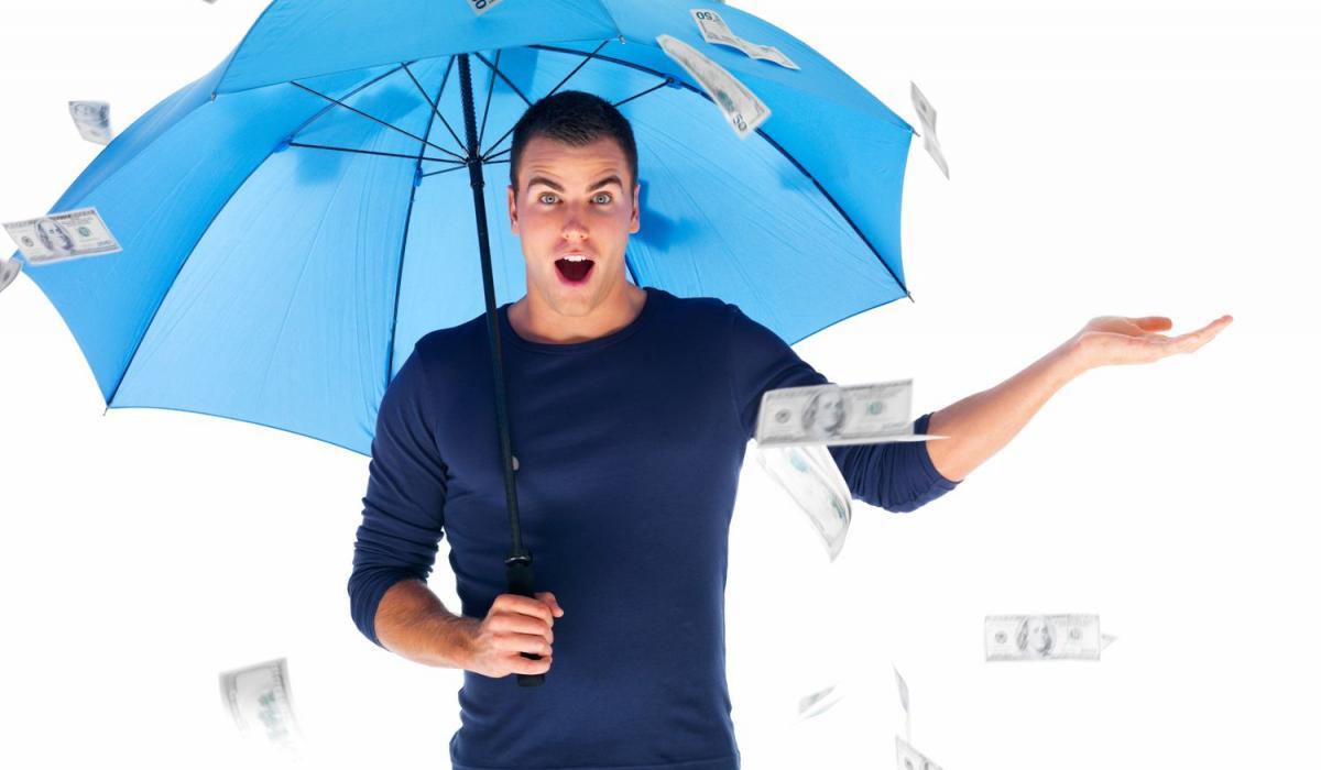 Мужчина с зонтом и деньгами