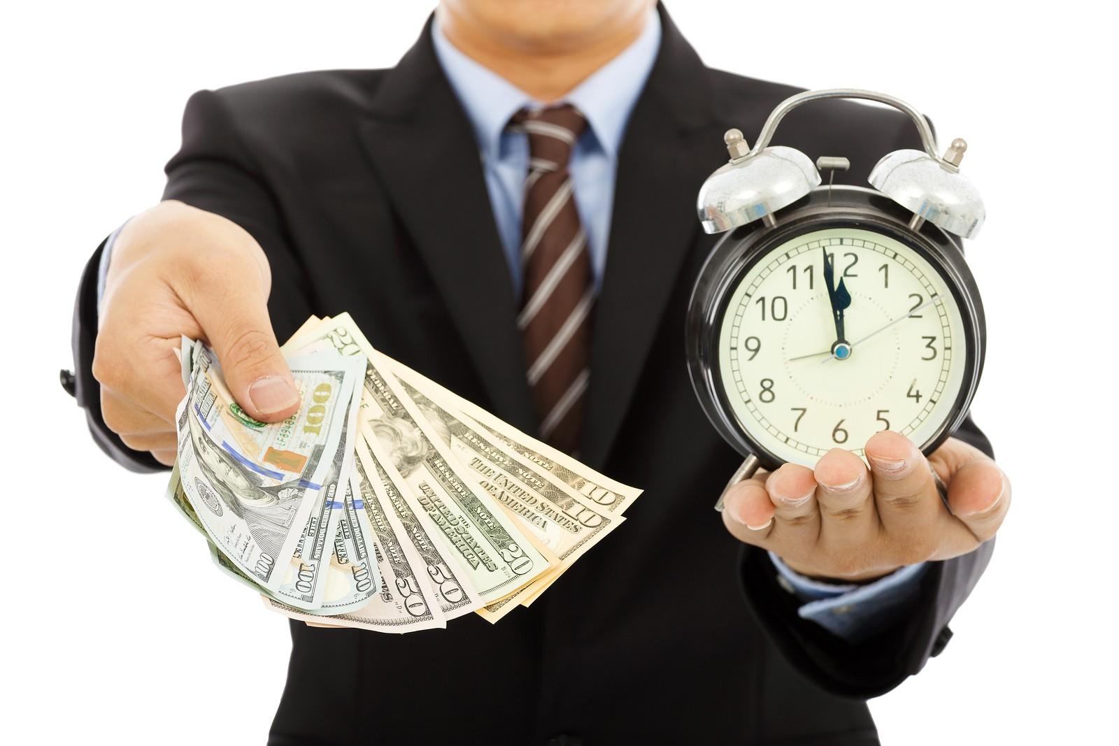 Мужчина с часами и деньгами