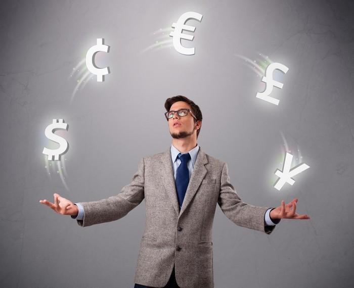 Мужчина жонглирует валютой