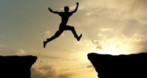 Человек прыгает через яму
