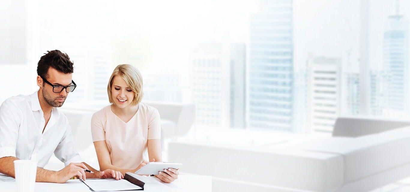 Женщина и мужчина в офисе