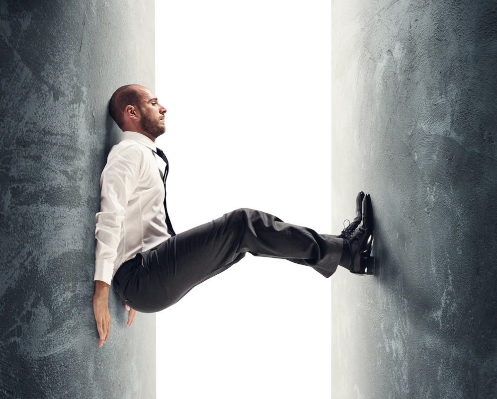 Мужчина между стенами