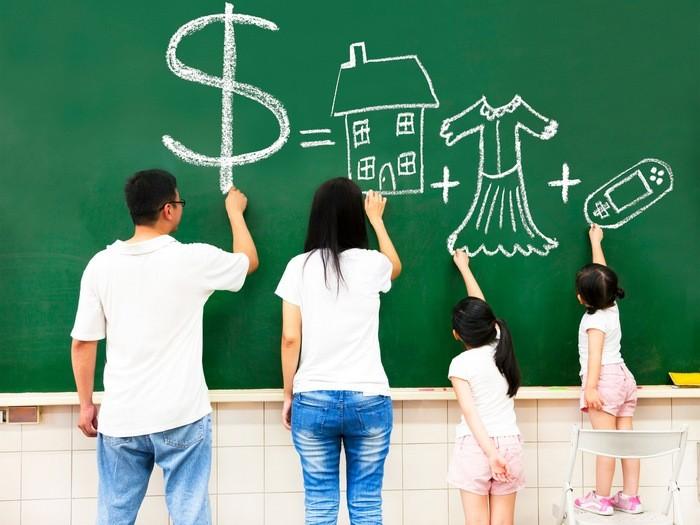 Семья составляет список покупок