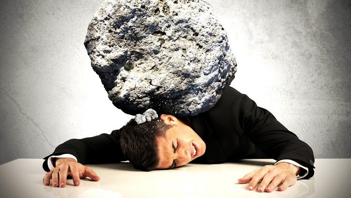 Тяжелый камень  на спине