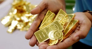 Золотые изделия в руках