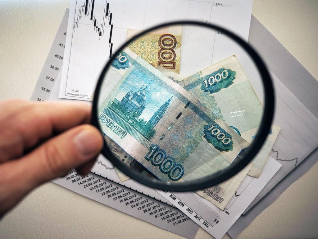 Рубли под увеличительным стеклом