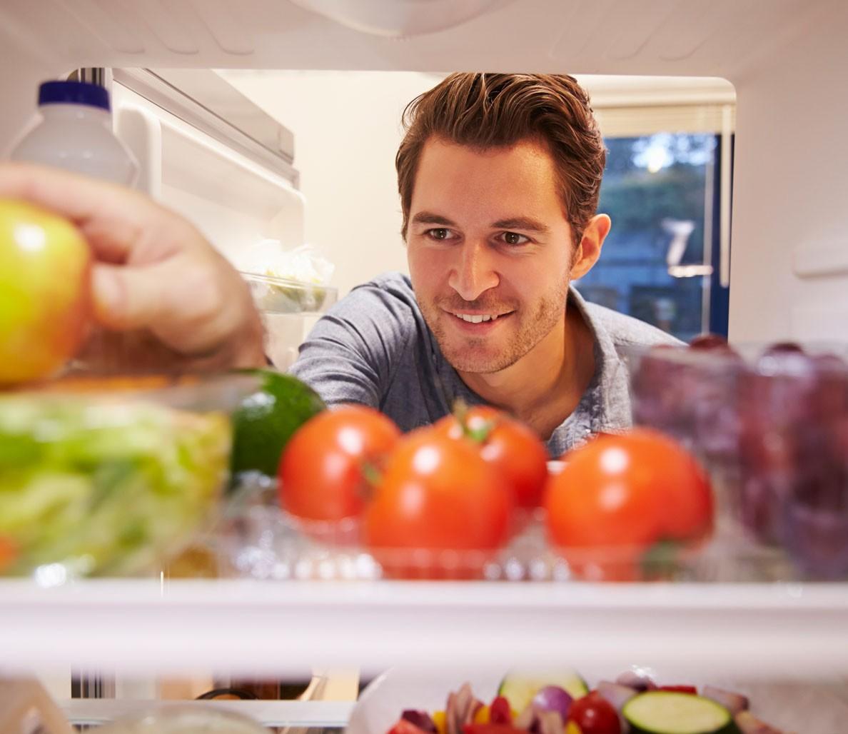Мужчина открыл холодильник