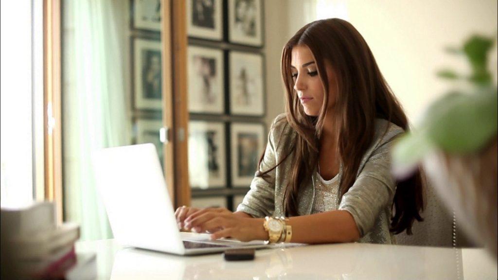 Девушка работает в ноутбуке
