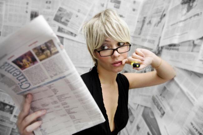 Женщина читает газету