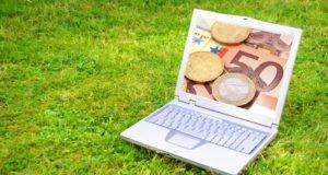 Ноутбук на траве