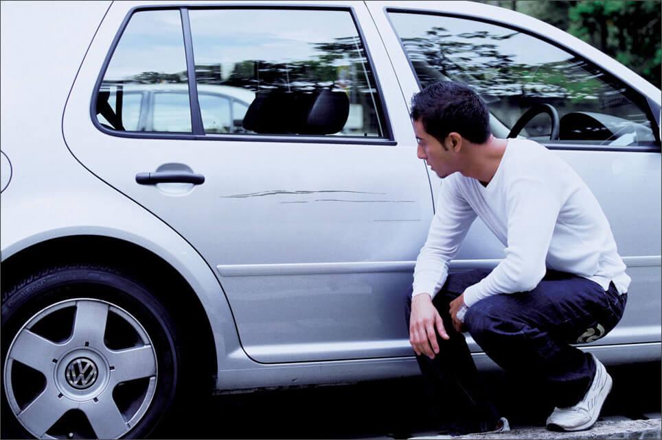 Мужчина сидит возле машины