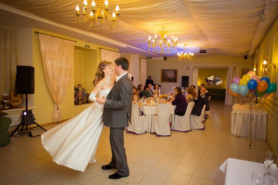 Парень с девушкой танцует