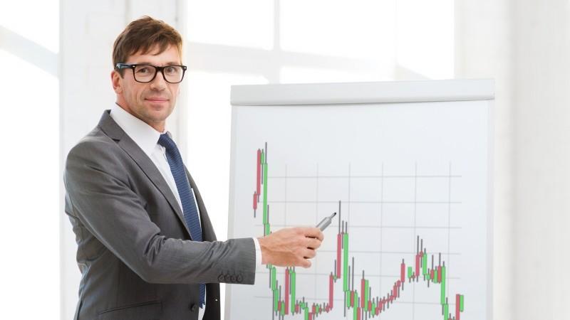 Мужчина показывает на график