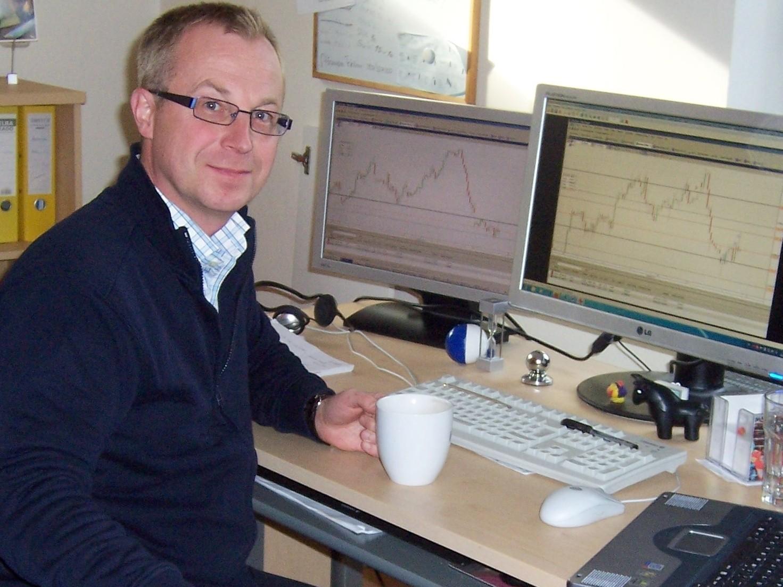 Человек возле компьютеров