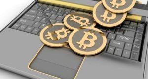 Ноутбук и значки биткоина