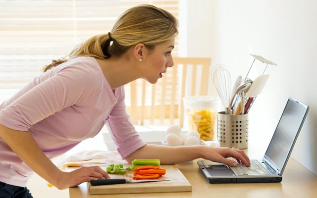 Женщина смотрит в ноутбук