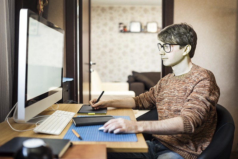 Мужчина у компьютера