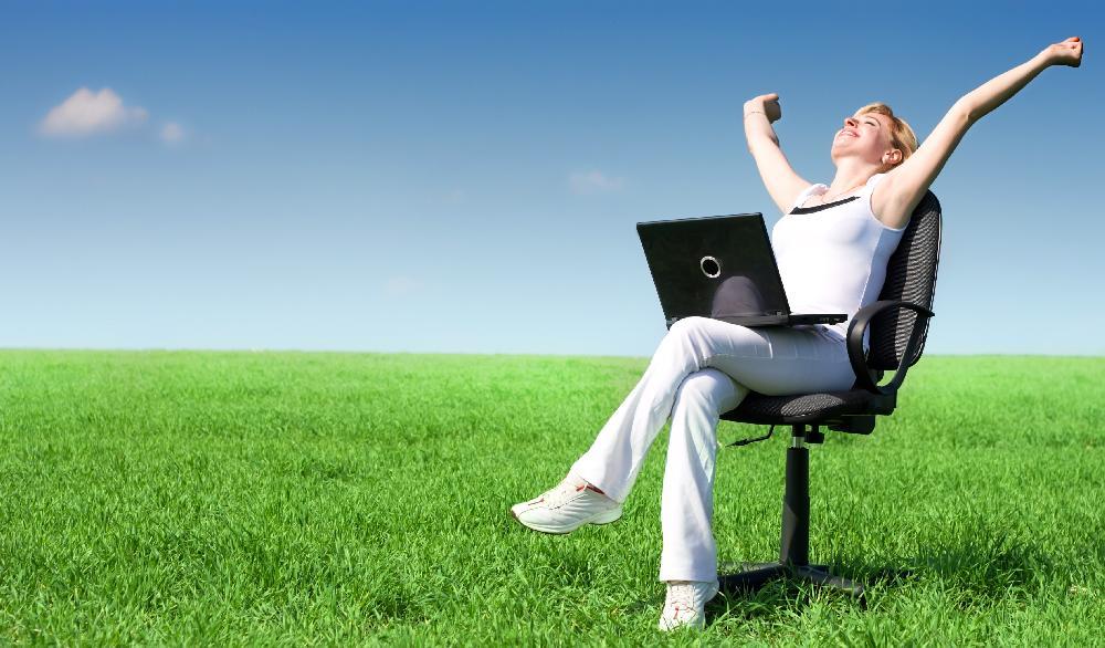 Девушка с ноутбуком в кресле