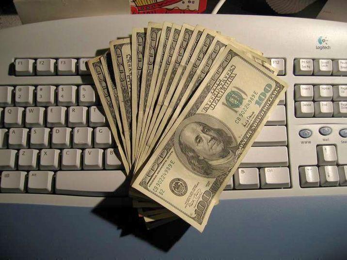 Банкноты на клавиатуре
