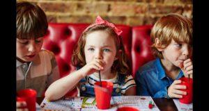Дети пьют сок