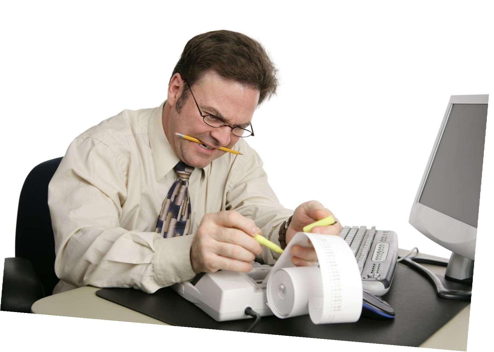 Мужчина печатает чеки