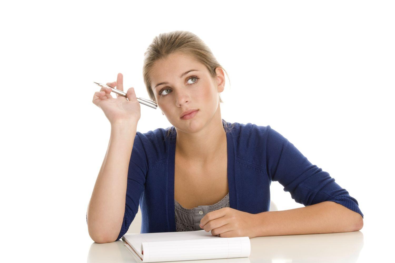 Девушка пишет текст