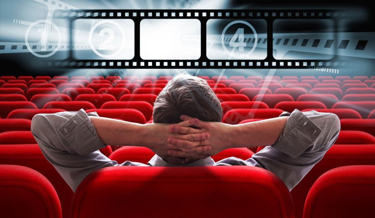 Мужчина смотрит кино