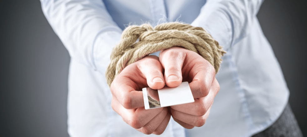 Руки связаны веревкой