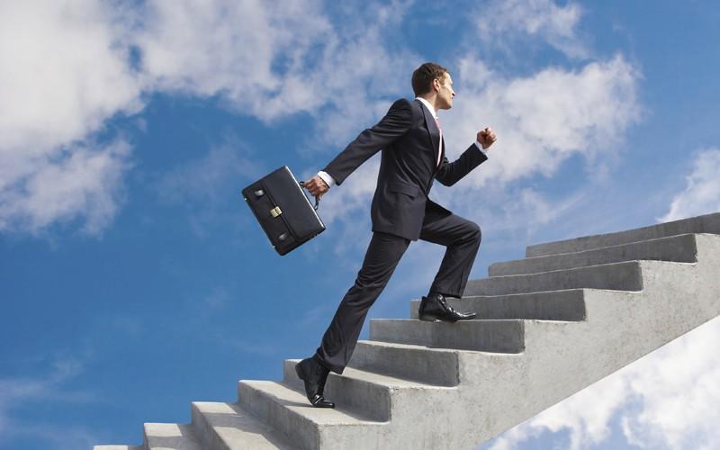 Человек подниматся по лестнице