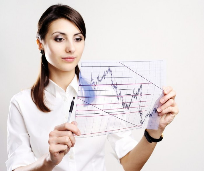 Девушка изучает диаграмму