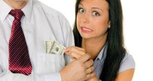 Девушка вытягивает деньги