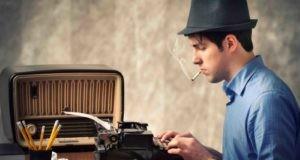 Мужчина пишет статью