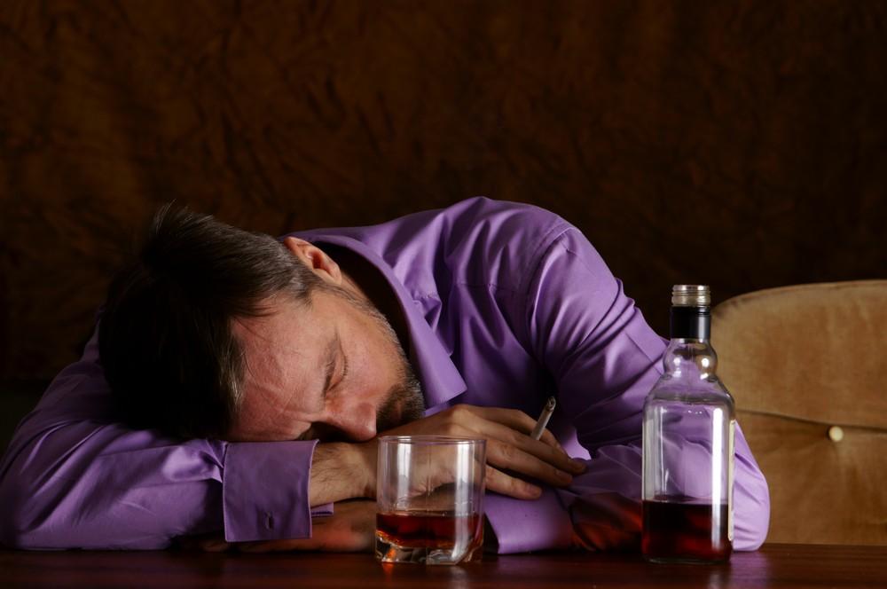 Мужчина спит за столом