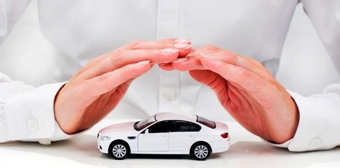 Руки прикрывают машину