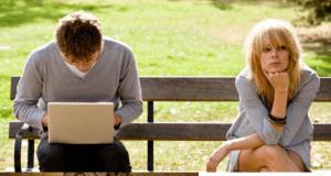 Парень и девушка на скамейке
