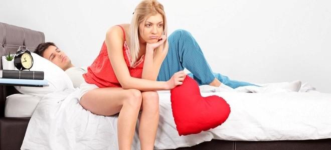 Девушка сидит на кровати