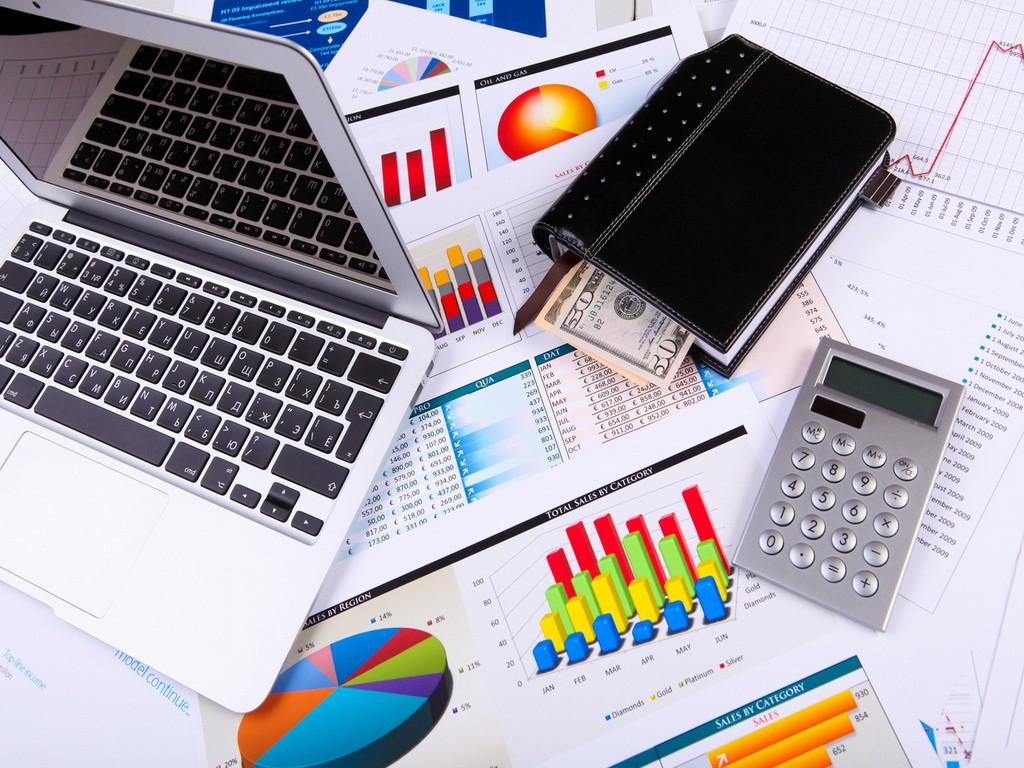 Ноутбук, кошелек и калькулятор