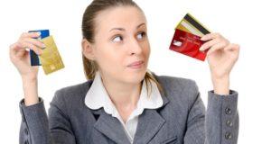 Девушка держит в руках кредитки