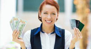 Женщина с деньгами и картами