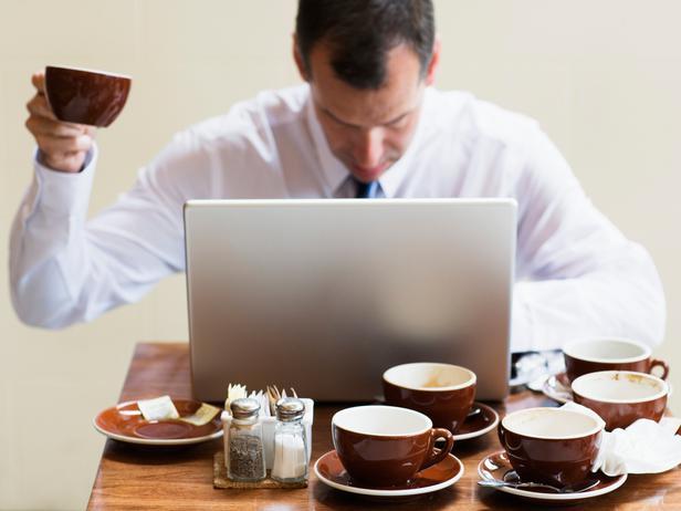 Мужчина работает в ноутбуке