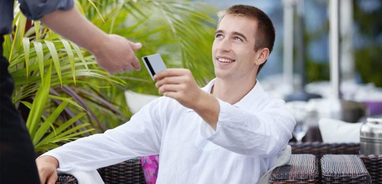 Мужчина берет кредитку